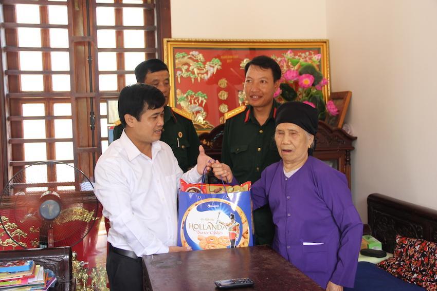 Công đoàn, Hội Cựu chiến binh Thép Việt Đức phối hợp với Hội Cựu chiến binh Đảng ủy Khối Doanh nghiệp thăm, tặng quà và tri ân Mẹ Việt Nam anh hùng