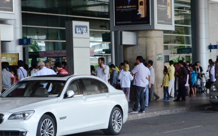 """Hàng trăm hành khách bị """"giam"""" tại sân bay vì sự cố mất điện"""