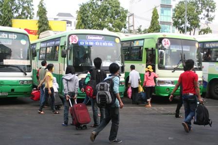 Hàng vạn người đổ về thành phố sau kỳ nghỉ lễ