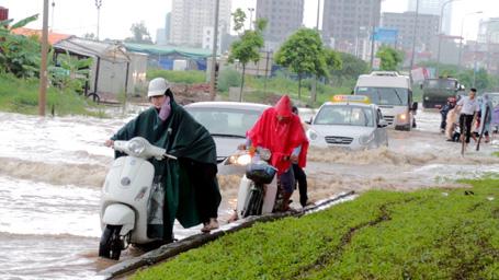 """Người Hà Nội lại bì bõm """"lội sông"""" trên phố"""