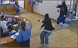 Nhân viên ngân hàng mất việc vì mải bắt cướp