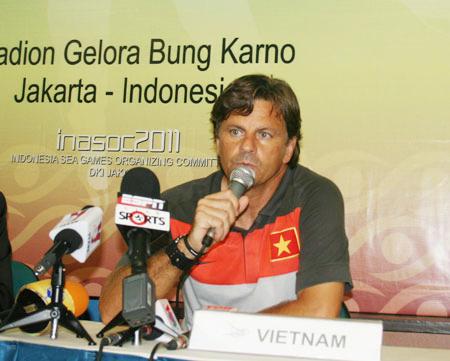 VFF quyết giữ TTK Trần Quốc Tuấn, sa thải ông Falko Goetz