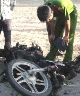 Xe máy bốc cháy, một phụ nữ đi cấp cứu